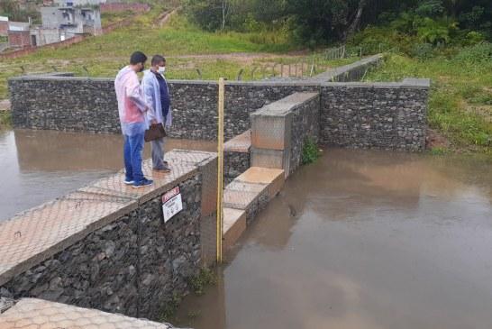Previsão é de mais chuva em Lauro de Freitas. Equipes da Defesa Civil seguem de prontidão