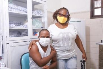 Lauro de Freitas inicia vacinação de pessoas com Síndrome de Down e retoma a de profissionais da educação nesta quarta-feira (28)