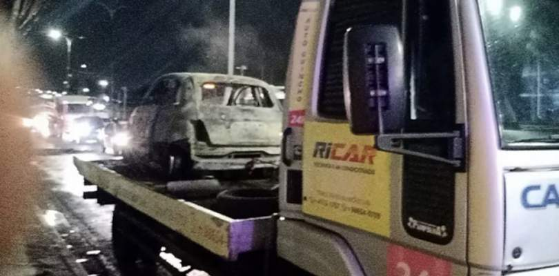 Motorista fica preso dentro de carro em chamas e é resgatado por pedestre em Lauro de Freitas
