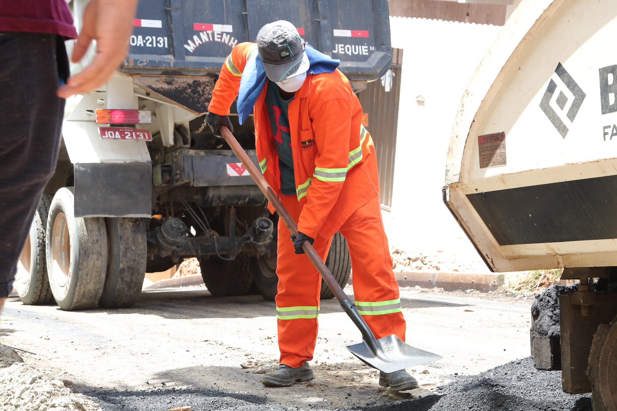 Prefeitura inicia pavimentação asfáltica no Caji, Pitangueiras e Ipitanga. Outras obras já estão em andamento