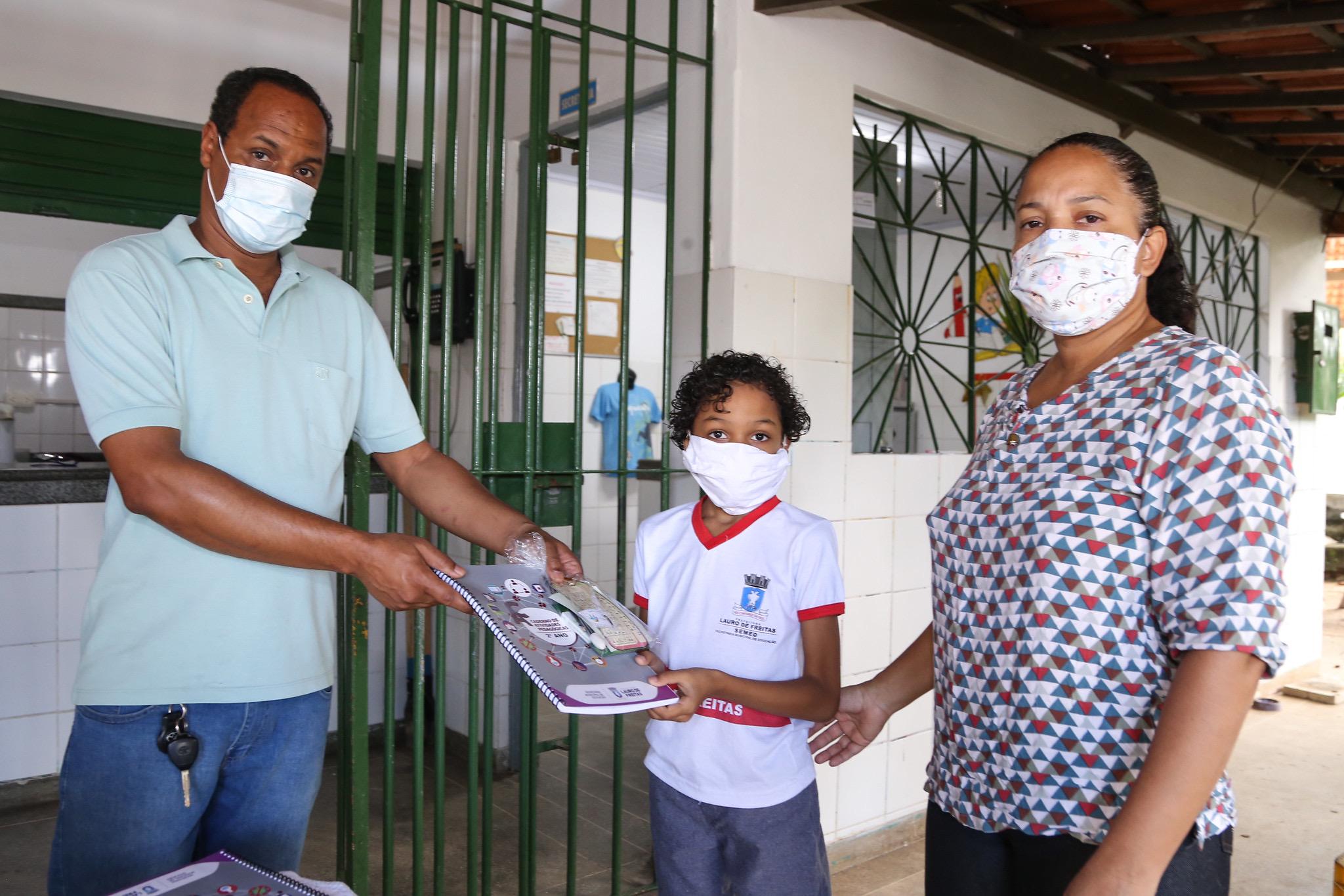 Secretaria de Educação distribui cadernos de atividades a estudantes da rede municipal de Lauro de Freitas