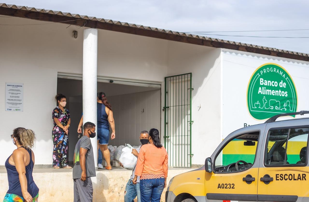 Lauro de Freitas entrega cestas básicas para motoristas do transporte escolar