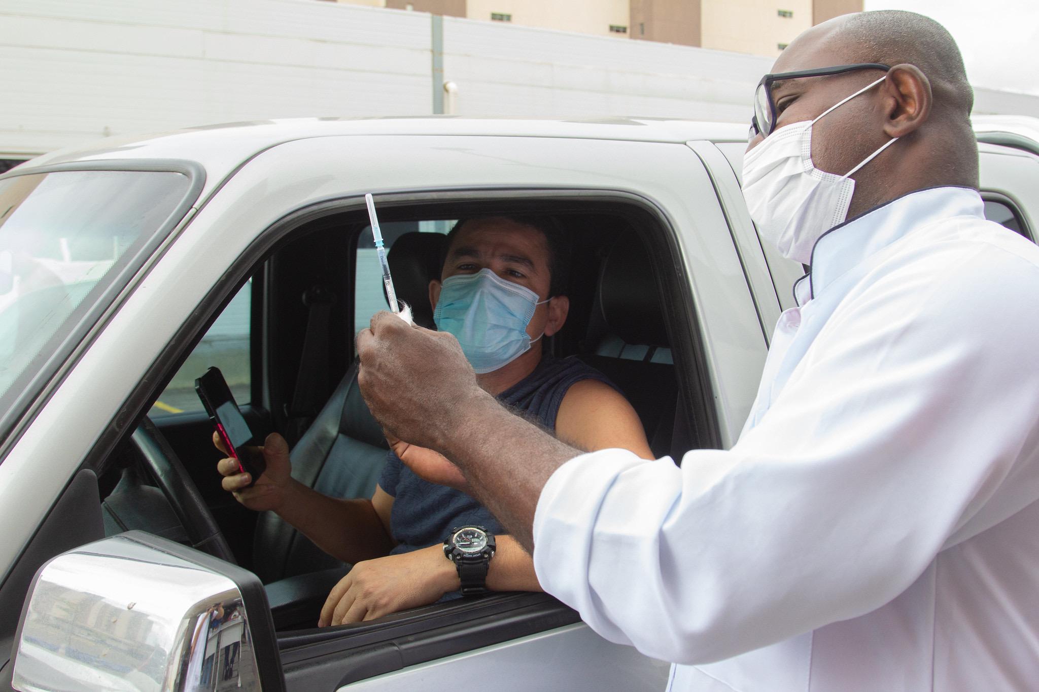 Mesmo com mau tempo, vacinação em Lauro de Freitas imuniza mais de 2.700 pessoas contra covid-19