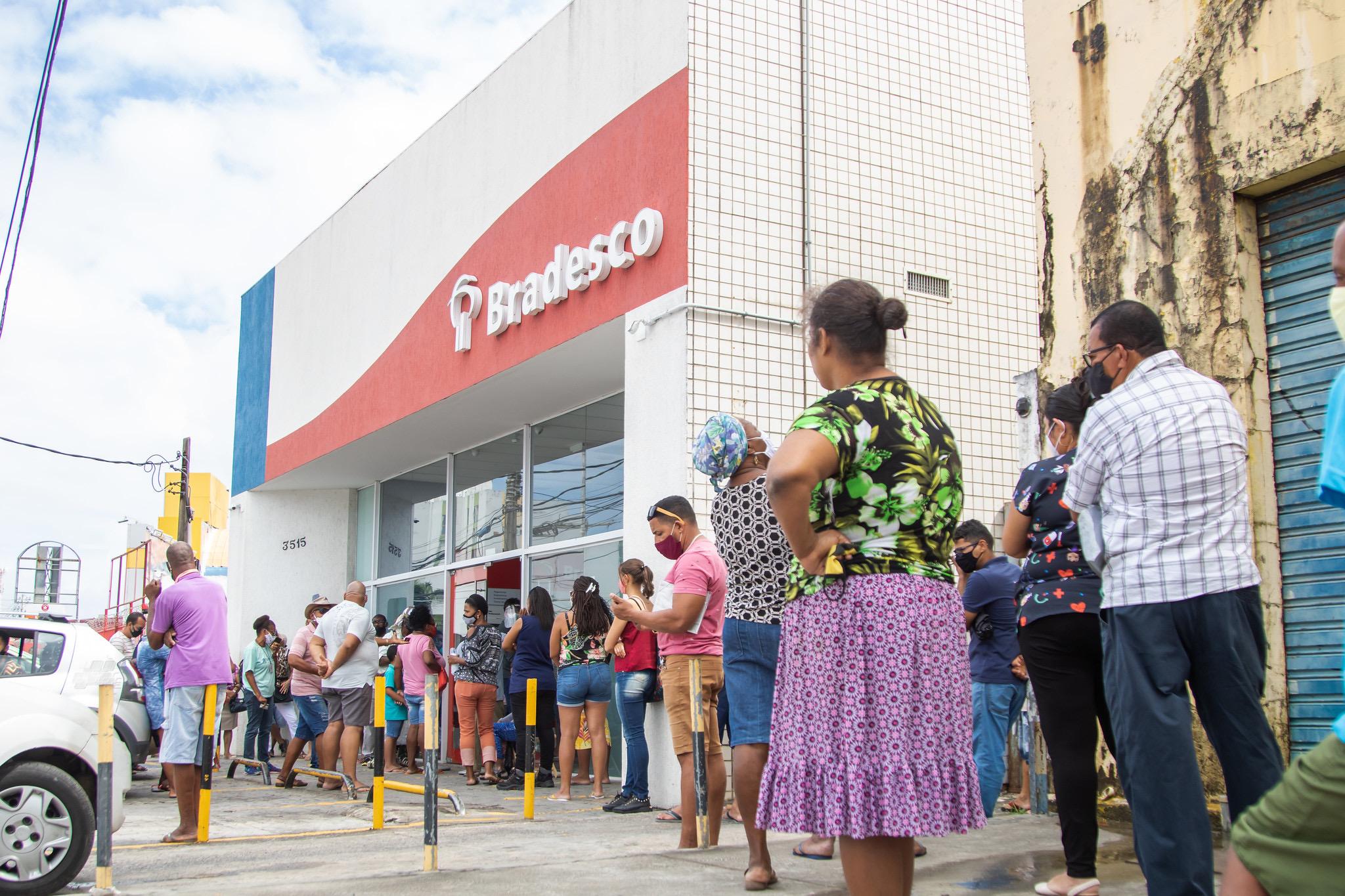 Na véspera do feriado, Procon Lauro de Freitas autua banco por descumprir lei dos 25 minutos