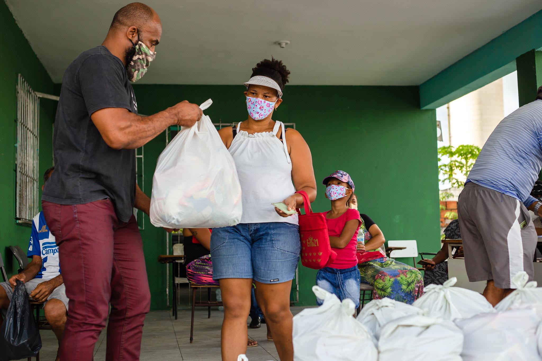 150 ambulantes das praias de Lauro de Freitas recebem cestas básicas da Prefeitura nesta quinta-feira (22)