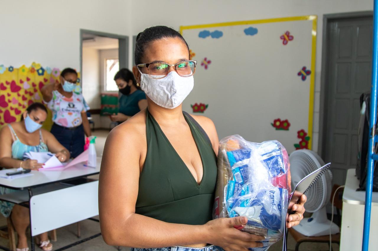 28 mil kits alimentação começam a ser entregues a alunos da rede municipal de ensino de Lauro de Freitas