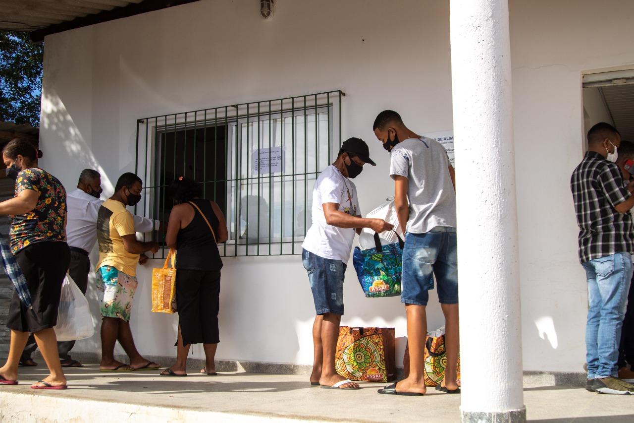 Ambulantes das praias de Lauro de Freitas afetados pela pandemia recebem cestas básicas da Prefeitura
