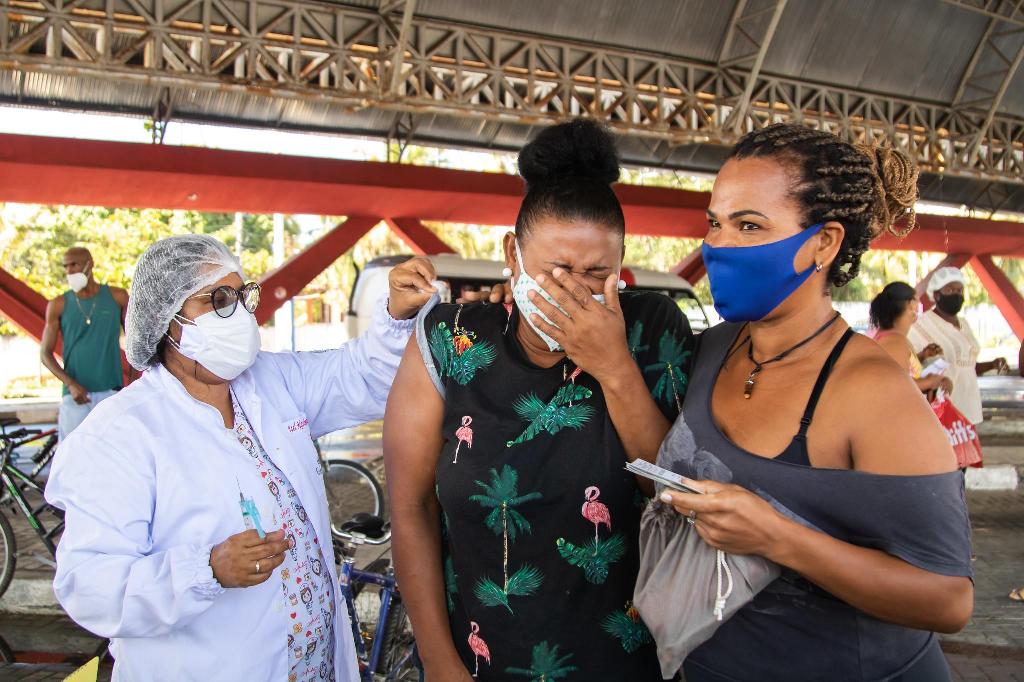 Emoção e esperança marcam vacinação contra covid-19 para pessoas com 38 anos ou mais em Lauro de Freitas