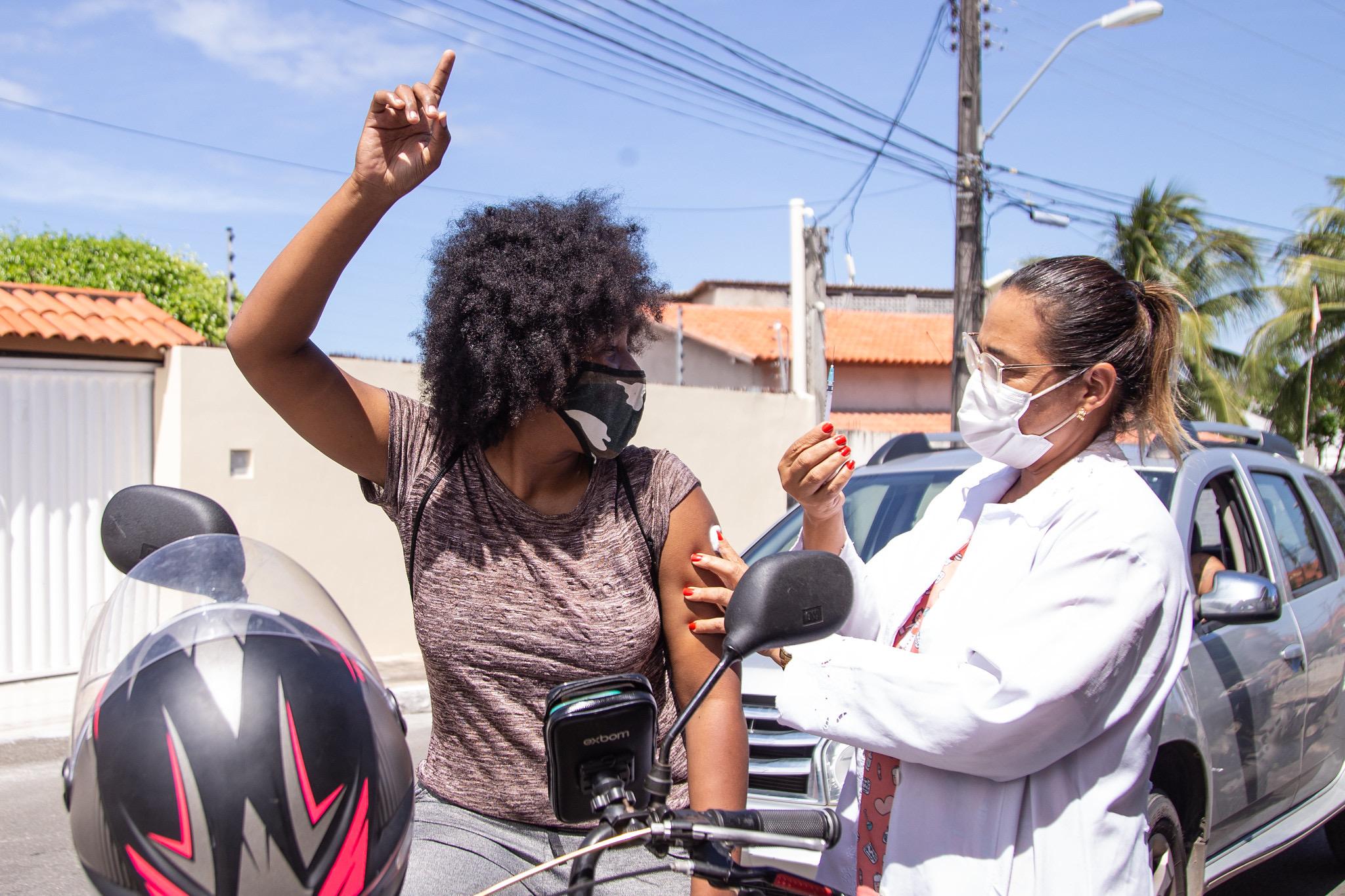Lauro de Freitas vacina quase 5 mil pessoas nesta terça-feira e alcança 76,9% do público-alvo