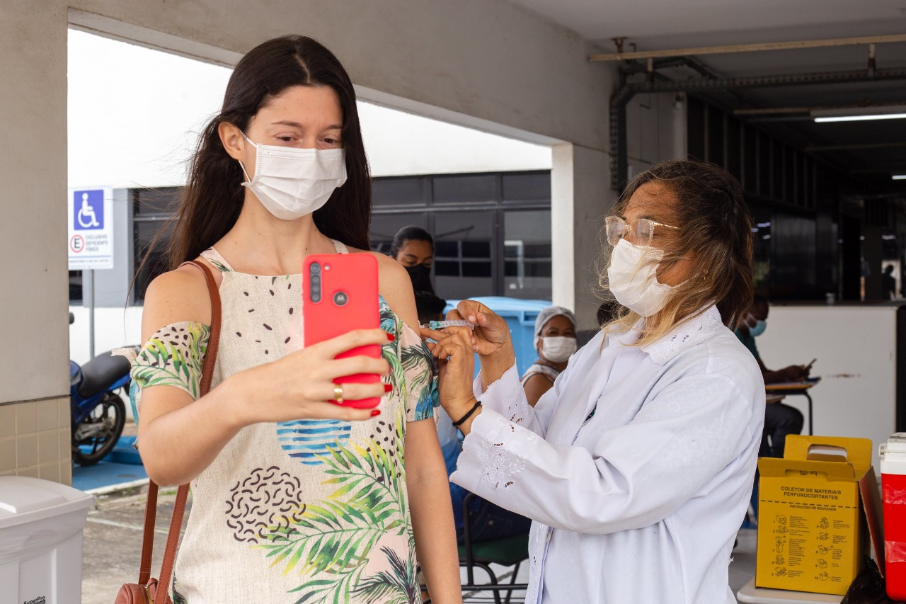 Após atingir 40,4% de pessoas que completaram o ciclo de imunização contra a Covid-19, Lauro de Freitas aplica 1º dose neste sábado (28)