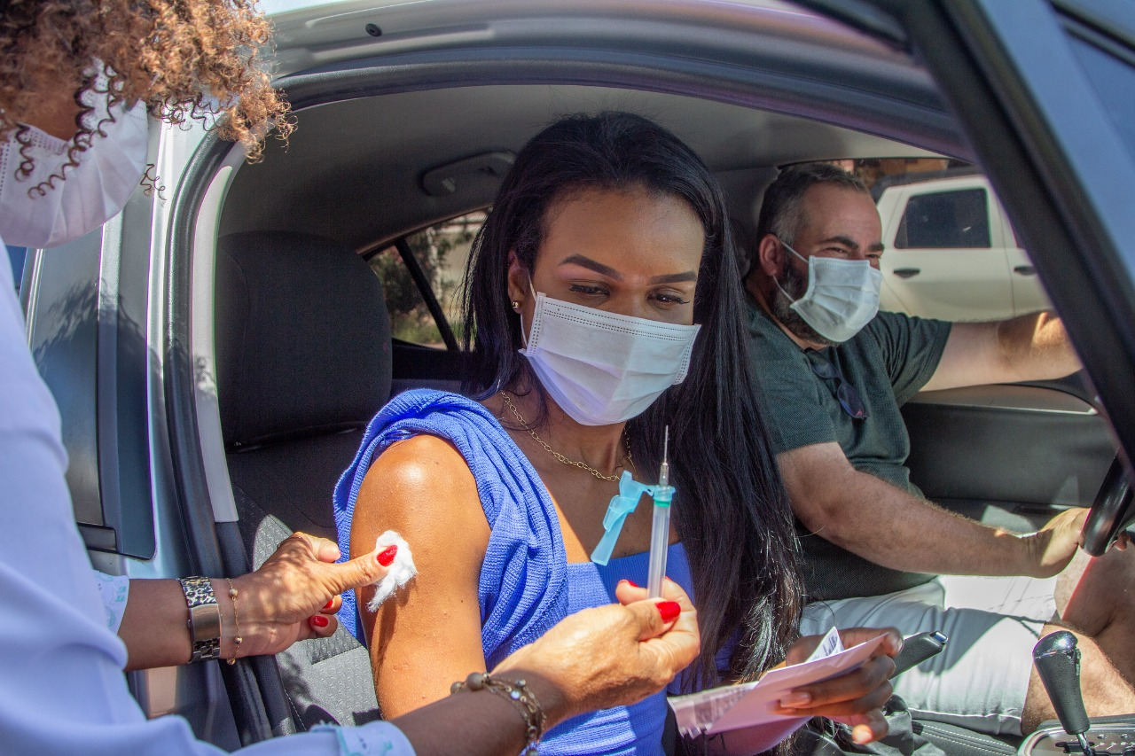 Jovens vacinados neste sábado (28) em Lauro de Freitas apostam em dias melhores após avanço da vacinação contra COVID-19