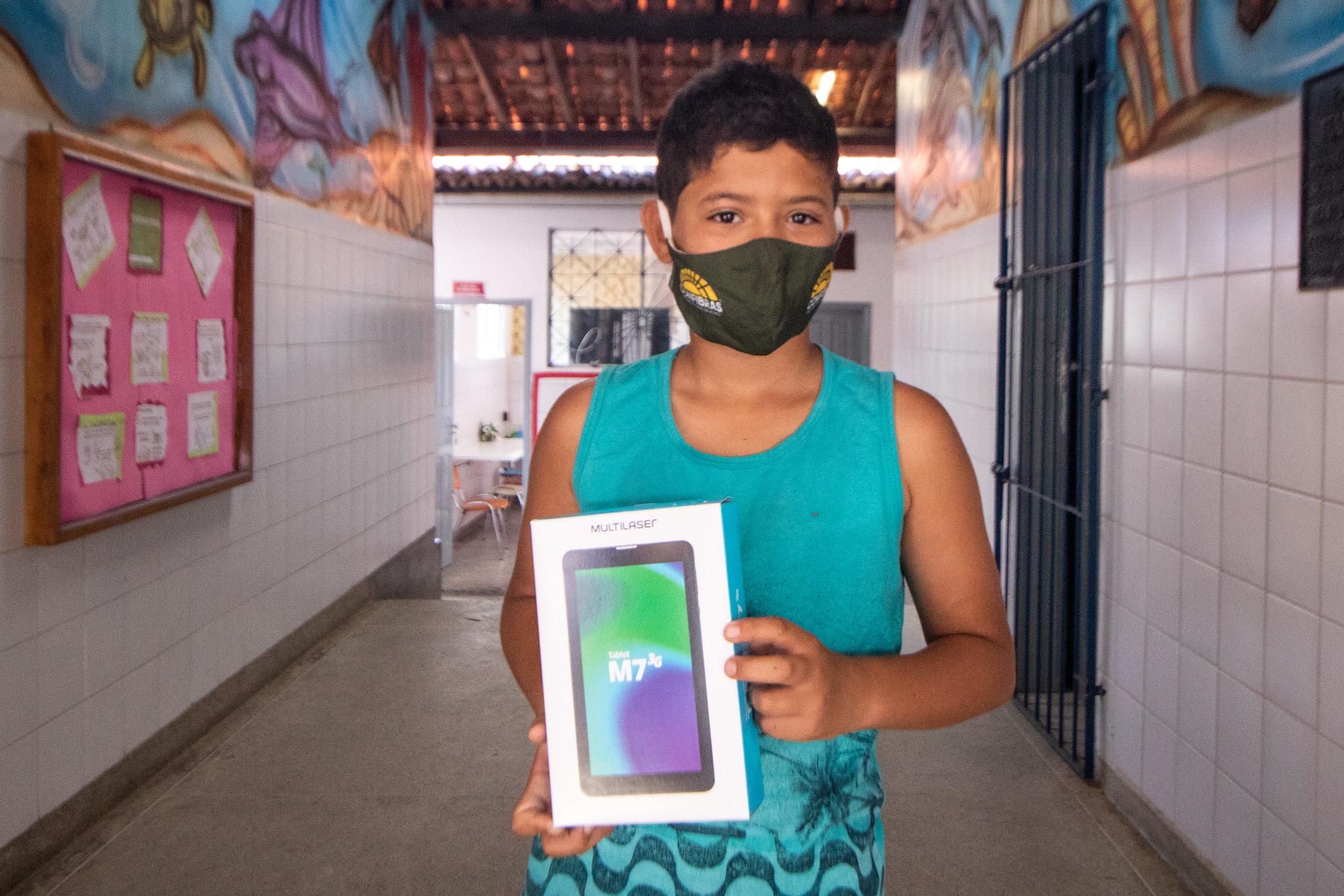 Lauro de Freitas acelera entrega de tablets com plataforma de ensino à distância. Mais de 8.300 alunos e professores já foram contemplados