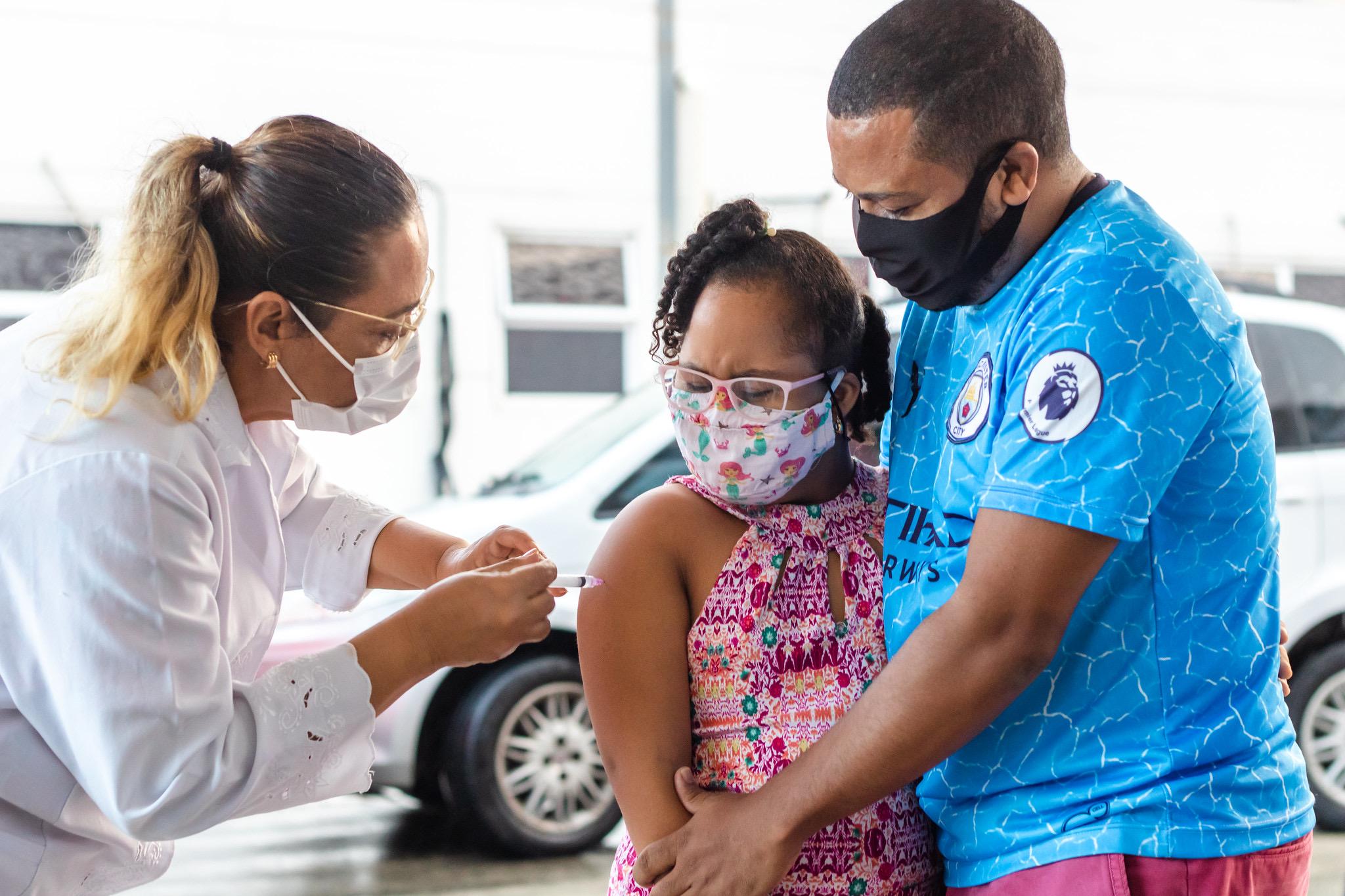 Lauro de Freitas imuniza adolescentes com comorbidades. Vacinação segue neste sábado (04) para pessoas acima de 18 anos