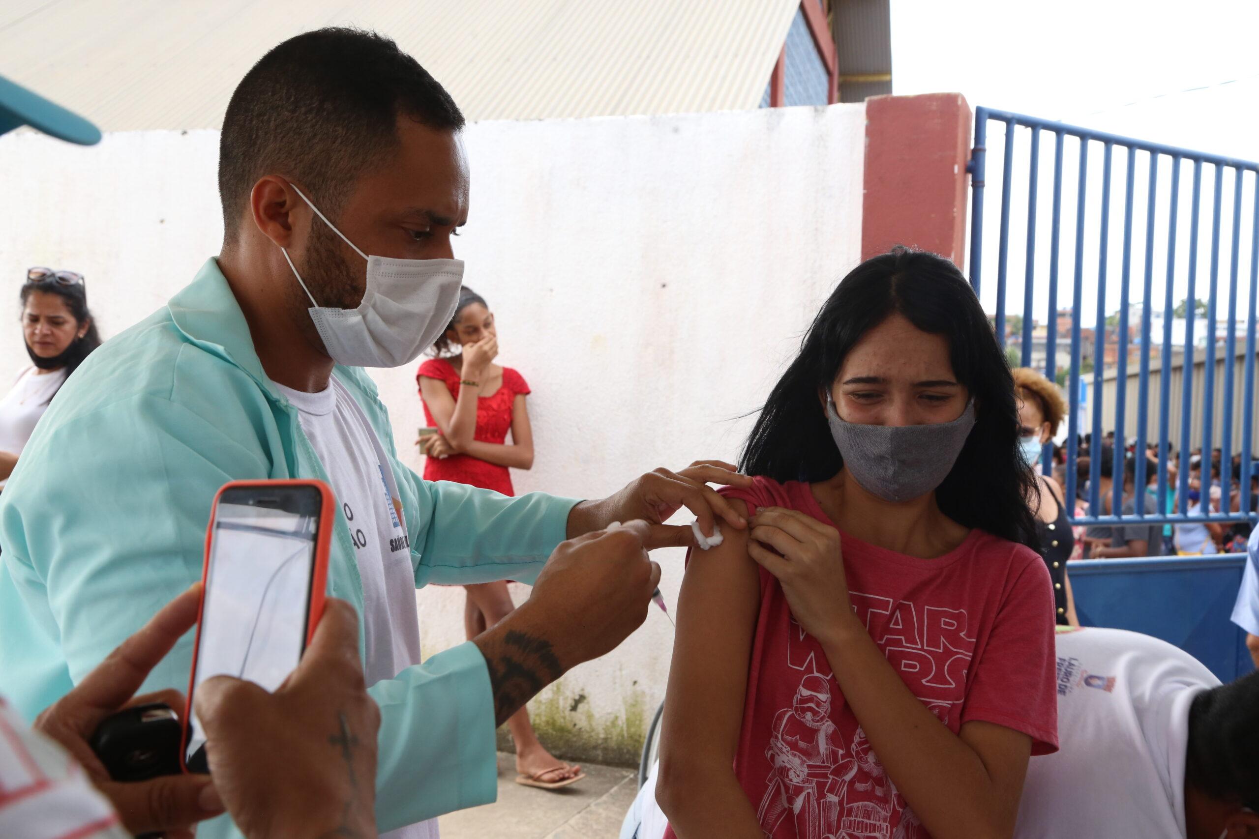 Jovens comemoram vacinação contra a Covid-19. Nesta sexta (1º) tem 2ª dose da Coronavac