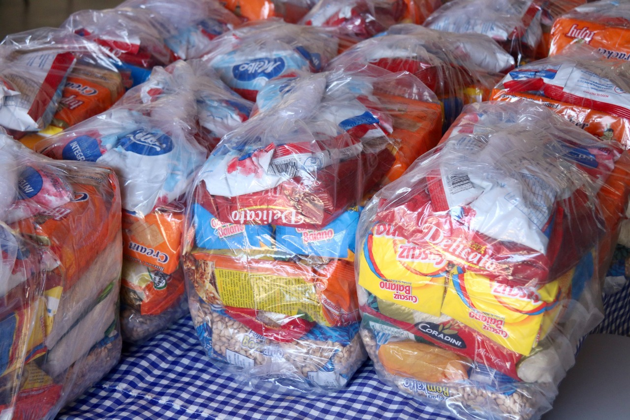Até sábado, Lauro de Freitas entrega 28 mil kits alimentação a alunos da rede municipal