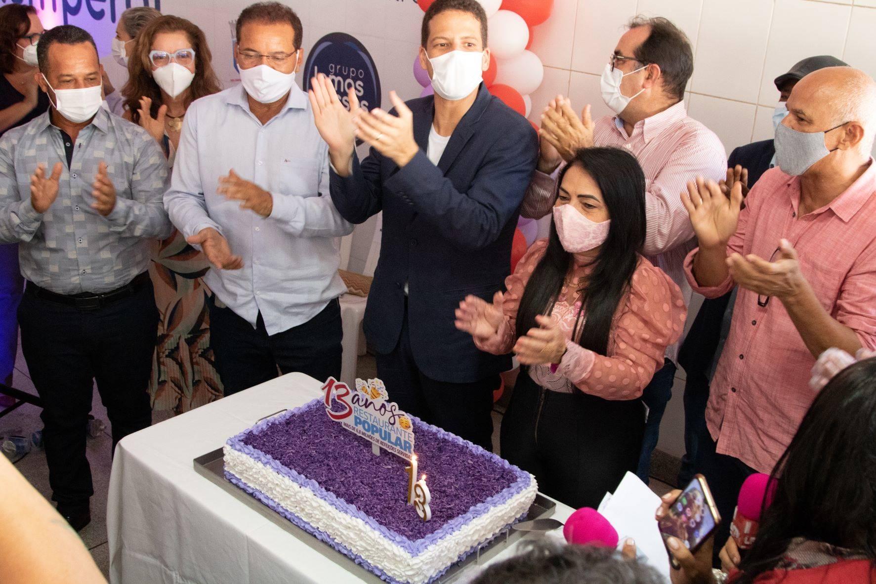 Prefeita destaca importância social do Restaurante Popular de Lauro de Freitas durante comemoração pelos 13 anos do equipamento