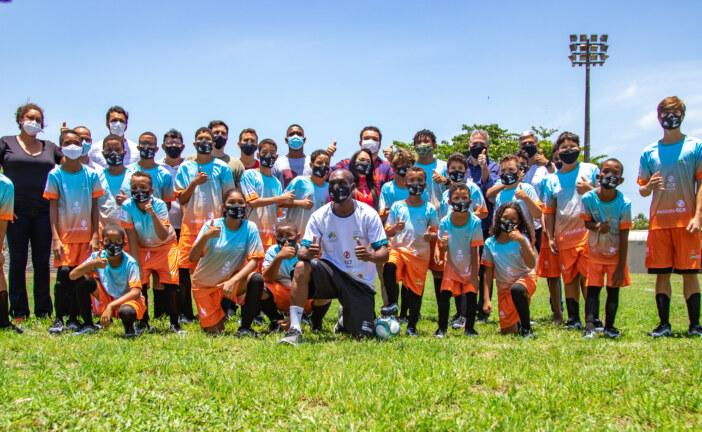 Projeto Oportunidade Através do Esporte entrega uniformes de futebol para crianças e jovens de Lauro de Freitas