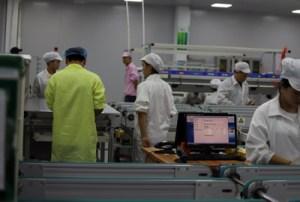 人手及電腦同時監控每一個生產工序