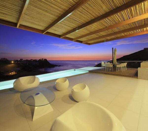 piscina-de-borde-infinito-casa-de-playa-moderna