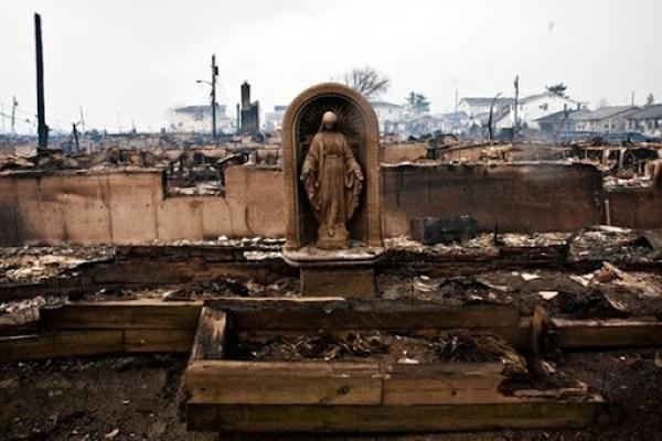 Imagem de Nossa Senhora que permaneceu intacta, depois do Furacão Sandy, em Queens, New York