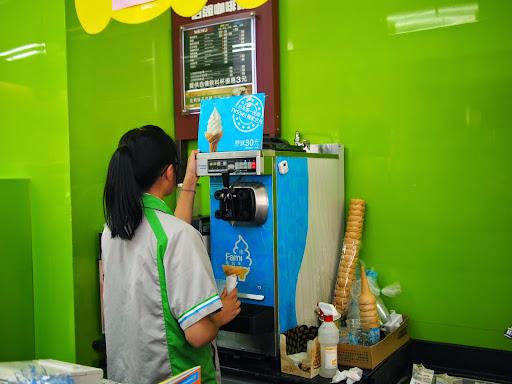 【食記】Fami x NISSEI台中全家日世抹茶霜淇淋偷跑囉@西區鑫美店BRT科博館 : 期間限定新口味!比草莓成功,不過一樣容易融化... 冰品 冰淇淋 區域 台中市 捷運美食MRT&BRT 日式 甜點 西區 輕食 飲食/食記/吃吃喝喝