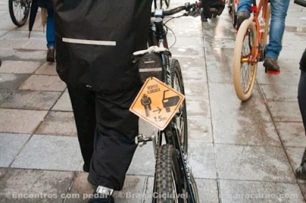 Respeite o ciclista - distância lateral de segurança ao ultrapassar, pelo menos 1 metro e meio