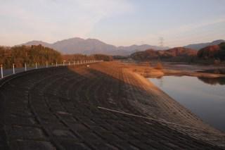 ダム湖側の堤体を望む