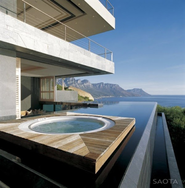 jacuzzi-y-piscina-exterior-casa-de-lujo