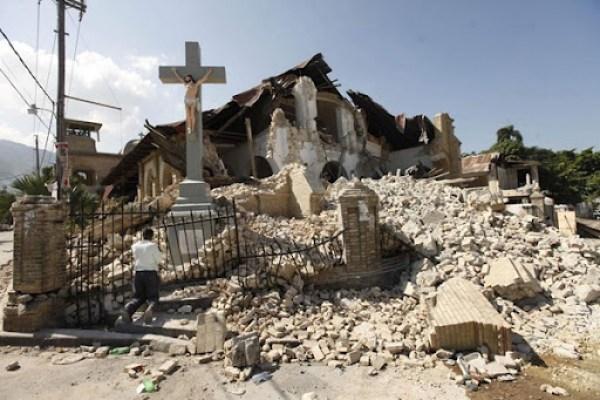 Escombros de uma igreja em Porto Príncipe, no Haiti. Foto: Gerald Herbert/AP - 24/01/2010.