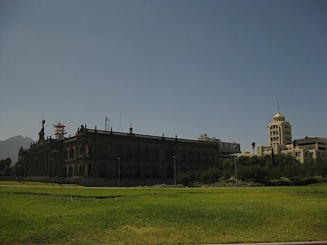 Palacio de gobierno y atrás el edicicio que alberga las oficinas de turismo