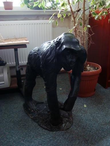 Rzeźba, przedstawiająca gorylicę Pussi - oryginał!