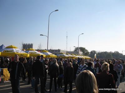 Tłumy zwiedzających przy stadionie wrocławskim
