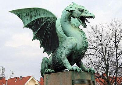 Una statua di drago a Lubiana, capitale della Slovenia. Si dice che scodinzoli ogni qualvolta una vergine gli passi vicino.