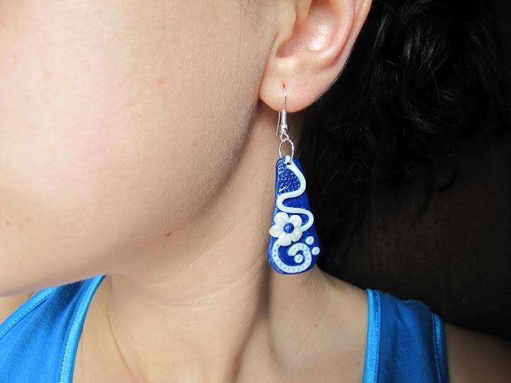 Cercei handmade din Fimo, model alb pe fond albastru