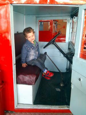 Лукоша внутрии старинной пожарной машины