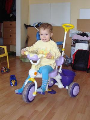 Лука Карпенко на трехколесном велосипеде