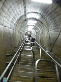 急勾配な階段を階下から望む