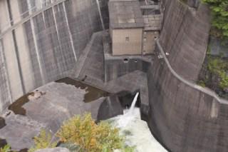 右岸より利水放流を望む