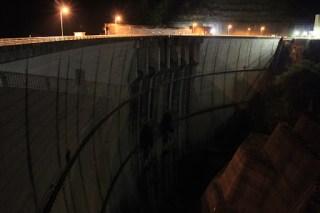 [夜景]右岸より下流側の堤体を望む