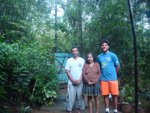 Sasá, Dona Jandira e eu no quintal da casa deles, onde me hospedei (Praia Dura).