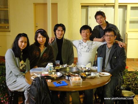 最後再來個大合照,照片中的帥哥美女都是台灣人,照片背景有在演「光陰的故事」的感覺。