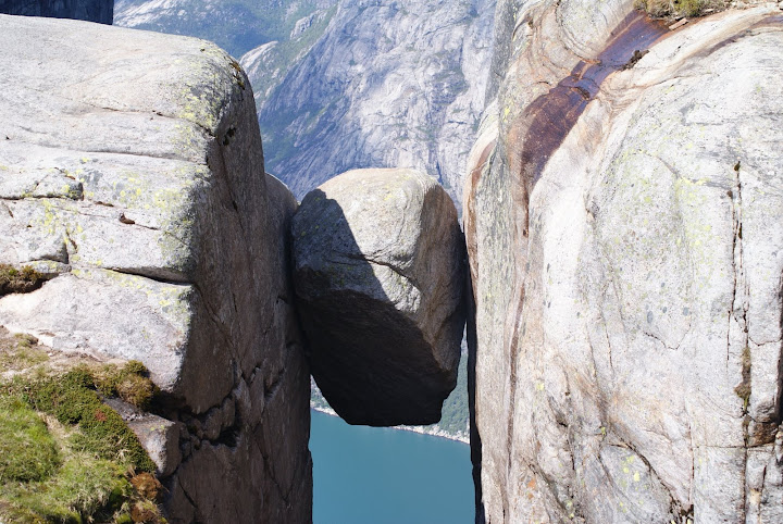 Absolutely not fall. Is supported on both sides of the rock. (Image)