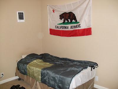 ágy, California zászló és a fűtés a balfelső sarokban