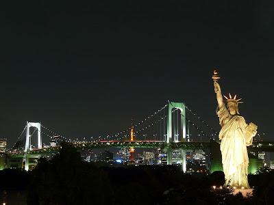 Estatua de la libertad y el Rainbow Bridge en Odaiba
