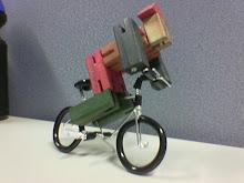 Boneco em bicicleta