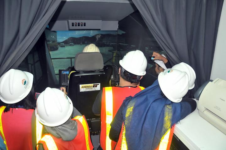 Wisata edukasi di ruang simulasi haul truck