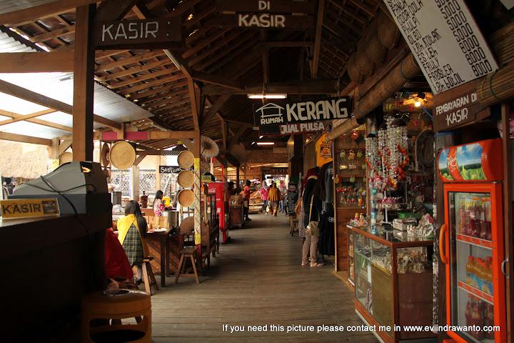 Koridor sovenir Pasar Apung Batu