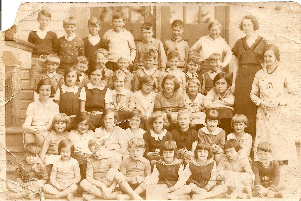 1930s, Grade ?, Teacher unknown, outside, includes 5 Oldershaw kids