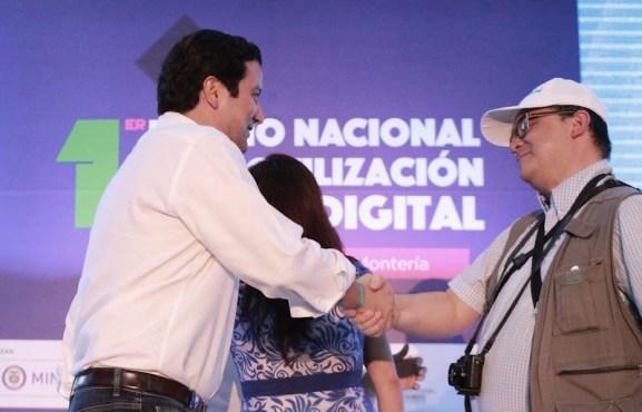 Ministro TIC entregando el premio