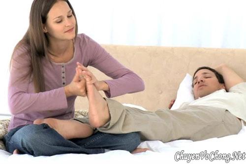 """Massage chân cho không chỉ thể hiện sự quan tâm của bạn đến người thương của mình mà đây còn là cách để khơi mào cuộc """"yêu"""" của hai người (Ảnh minh họa)"""